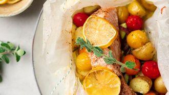 Gezonde vispakketjes met zalm en Mediterrane groenten