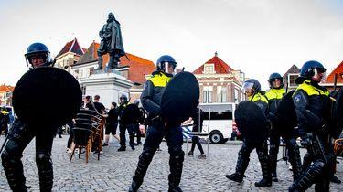 Protesten in Hoorn voor en tegen standbeeld Coen