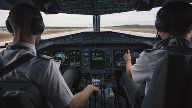 Twee piloten in een cockpit.