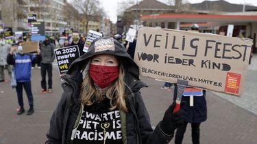 Een foto van iemand bij de demonstratie tegen Zwarte Piet in Venlo.