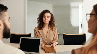 vrouw heeft sollicitatiegesprek