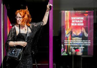 Een foto van sekswerker Moira bij een posteractie in Den Haag