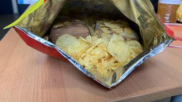 geld in zak chips
