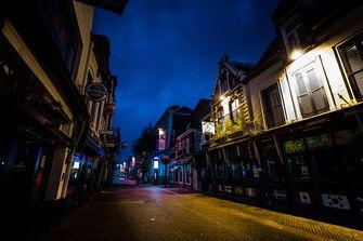 Een foto van lege straten, zoals het eruit zou zien bij een avondklok