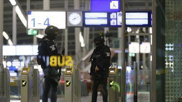 Een foto van leden van de Dienst Speciale Interventies op Utrecht Centraal