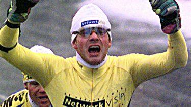Een foto van Henk Angenent die juichend over de finish van de Elfstedentocht gaat