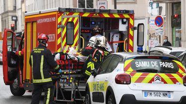 Op deze foto is een brandweerauto te zien in Frankrijk, waar het incident zich voordeed. Iemand ligt op een brancard.