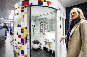 Marjan Rintel showt het toilet in de nieuwe Flirt-sprinter.
