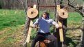 Man bouwt houten sportschool in achtertuin