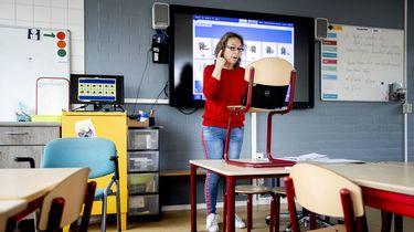 Een leerkracht uit Rotterdam neemt momenteel video's op om haar leerlingen les te kunnen geven.