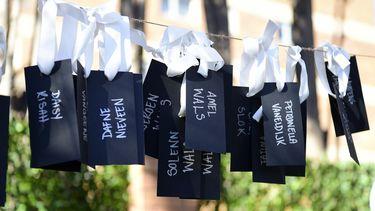 Foto van de naamtags van de slachtoffers MH17