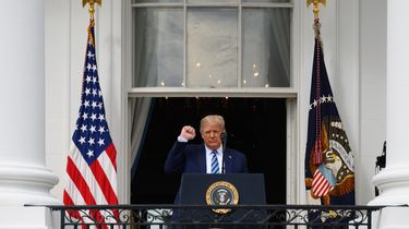 Op deze foto is president Donald Trump te zien bij het Witte Huis.