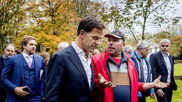 Mark Rutte in gesprek met een aantal boeren.