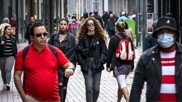 Een foto van de Kalverstraat in Amsterdam waar mensen geen mondkapje meer op hoeven