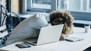 Op deze foto zie je een millenial met een burnout