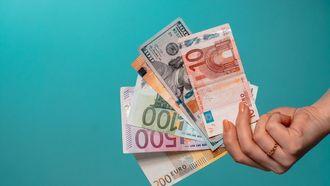 Een hand met geld.