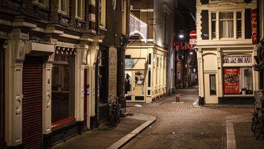 Een foto van lege straten in Amsterdam terwijl de avondklok nog niet is ingevoerd