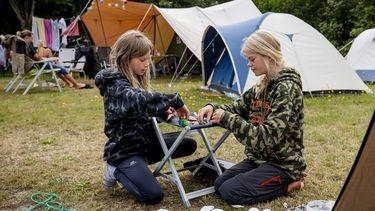 Een foto van twee meisjes op een camping van Staatsbosbeheer
