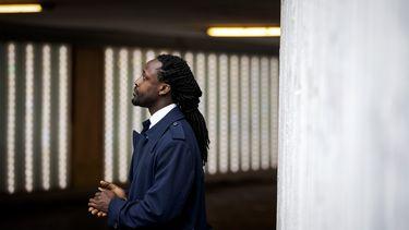 Op deze foto is rapper en schrijver Akwasi te zien.