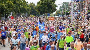 Op deze foto zie je wandelaars over de Via Gladiola tijdens de laatste dag van de 103e editie van de Nijmeegse Vierdaagse.