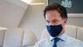Een foto van premier Rutte met een mondkapje