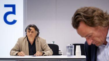 Op deze foto zie je Ab Gietelink en advocaat Jeroen Pols in de rechtbank, tijdens een kort geding over de mondkapjesplicht in Amsterdam. Gietelink noemt de maatregel een 'fundamentele inperking van de grondrechten'. Hij wordt gesteund door actiegroep Viruswaarheid en marktkooplui van de Albert Cuyp.