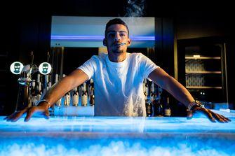 Een foto van rapper Boef achter een bar