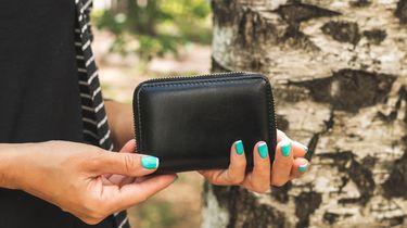 vrouw heeft portemonnee vast