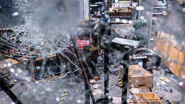 Relschoppers in Eindhoven richten ravage aan in supermarkt.