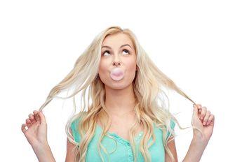 Een foto van kauwgom kauwen, wat helpt bij het afvallen